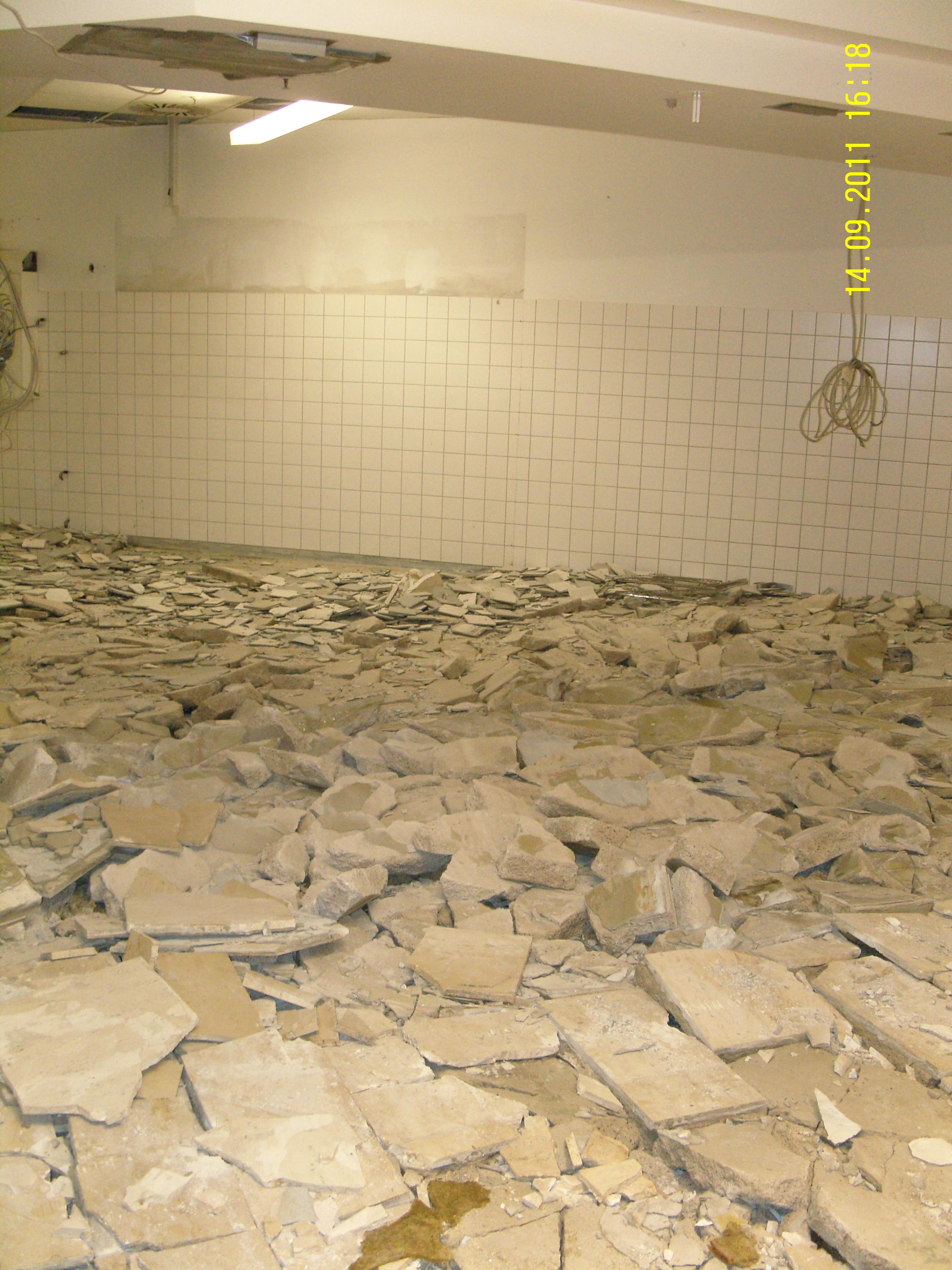 Der Estrichaufbau ist durchfeuchtet und muss zurückgebaut werden.