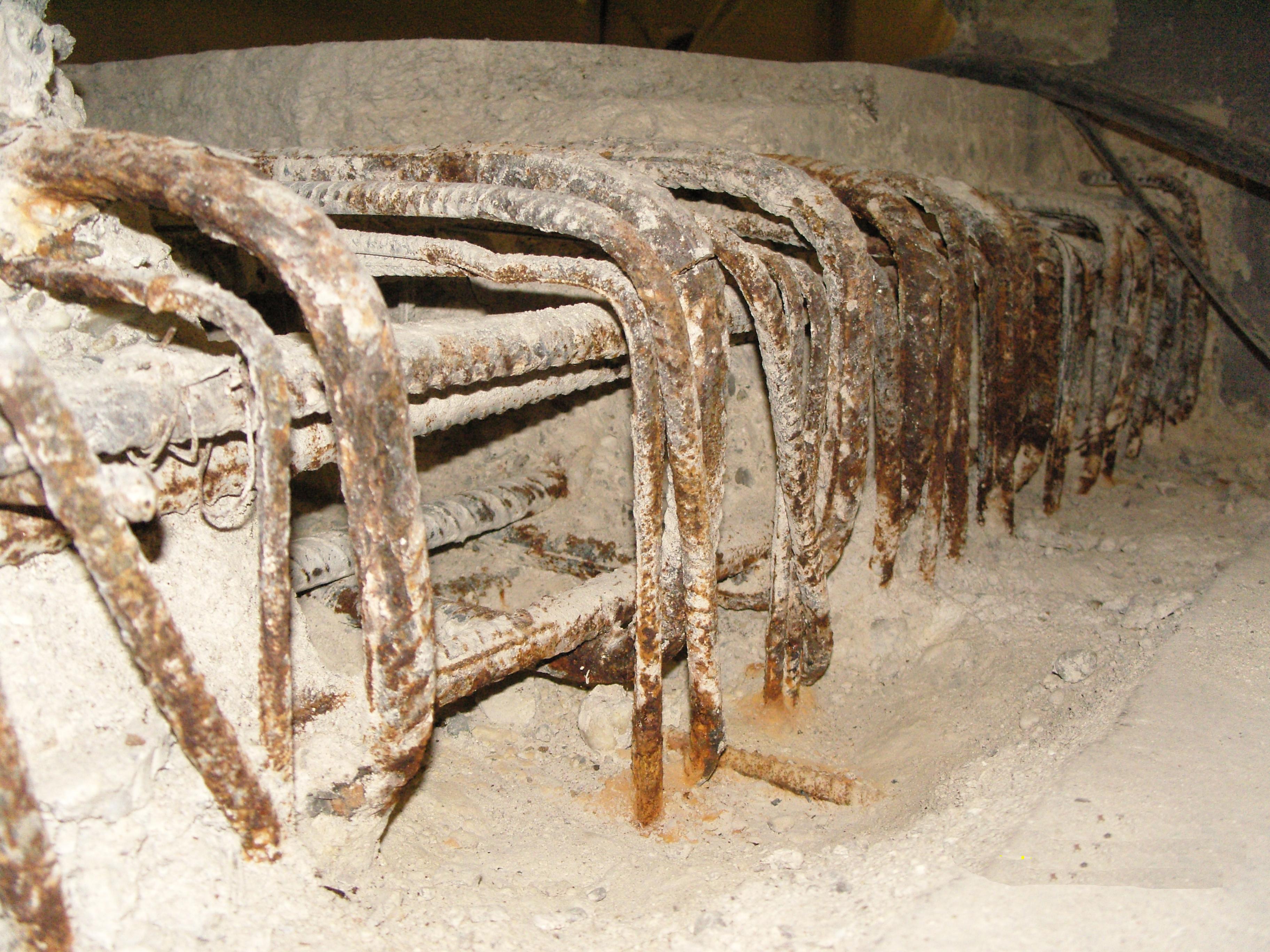 Freigelegte Bodenplattenbewehrung in einer Tiefgarage